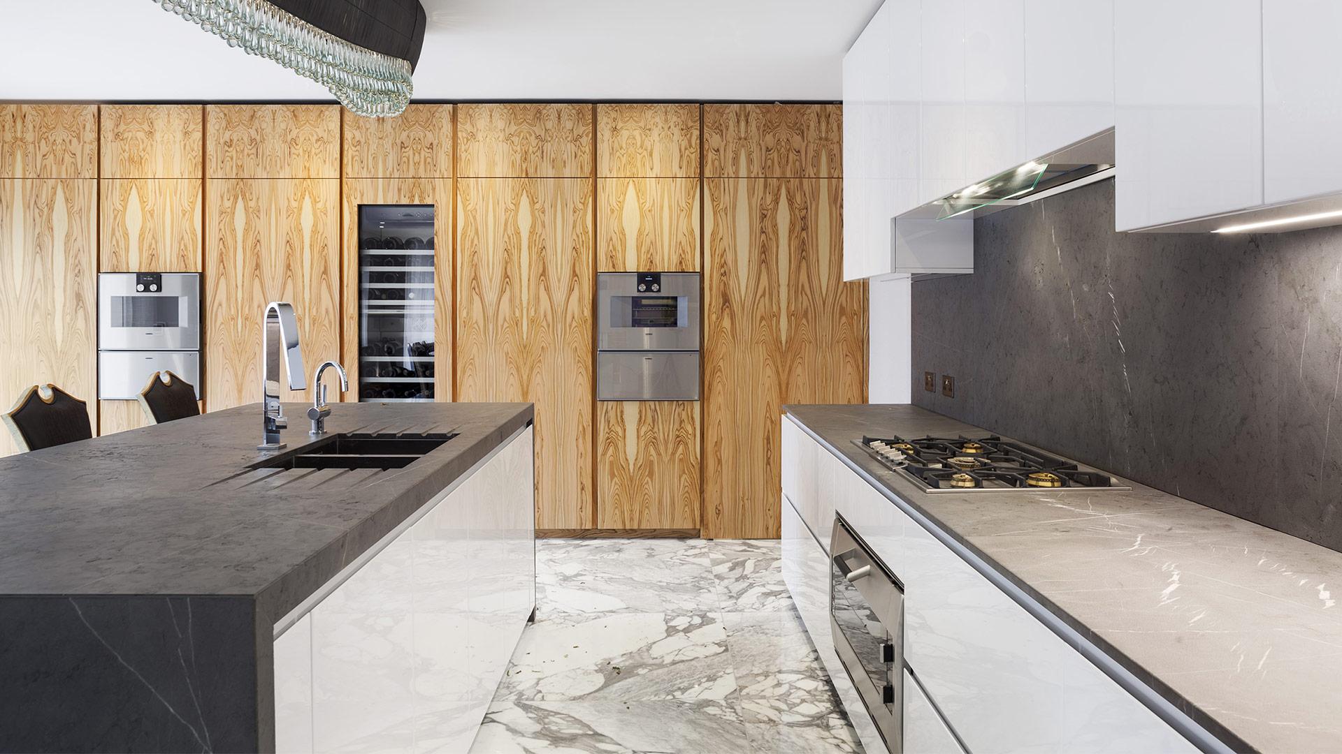 Cucina in legno di ulivo e pietra di Corinto progetto made-to-measure