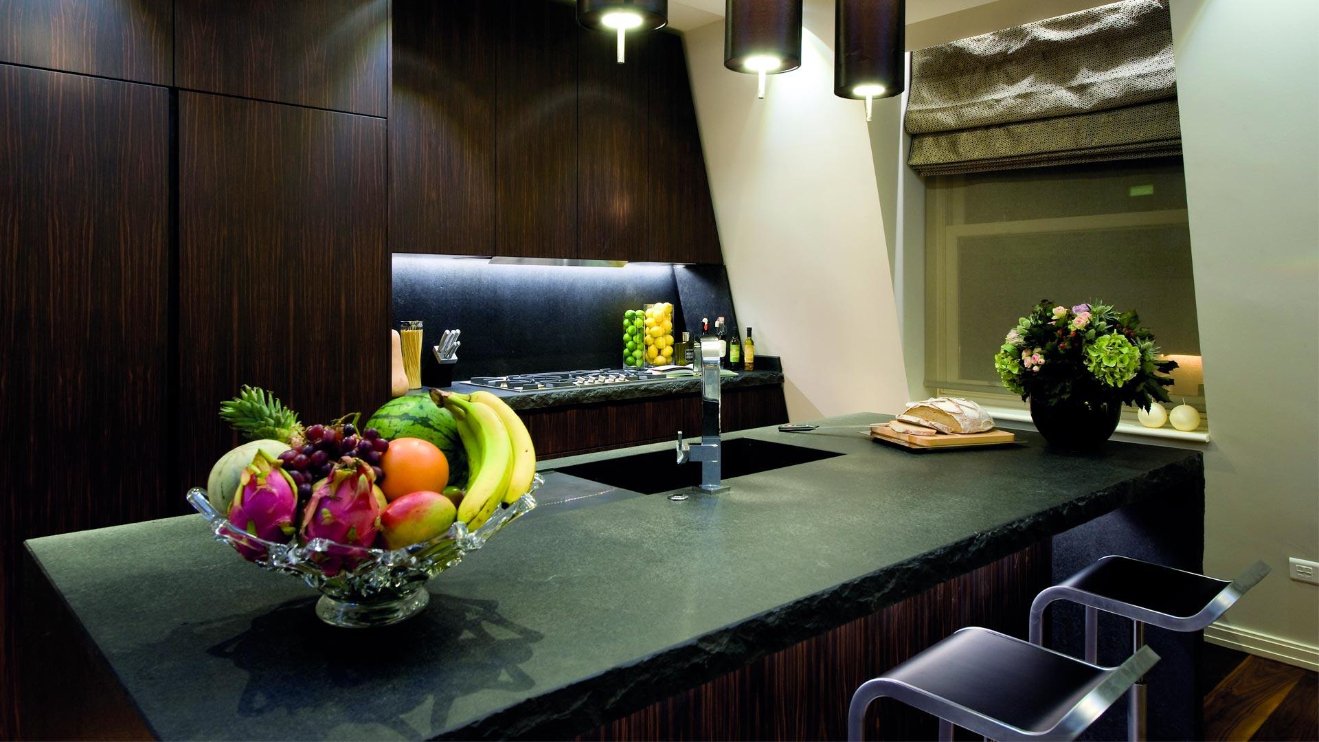 Cucina su misura in ebano e piani di lavoro in pietra di Cardoso