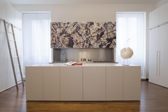 La cucina diventa cuore pulsante dell'intero ambiente: un progetto personalizzato ad Ascoli Piceno