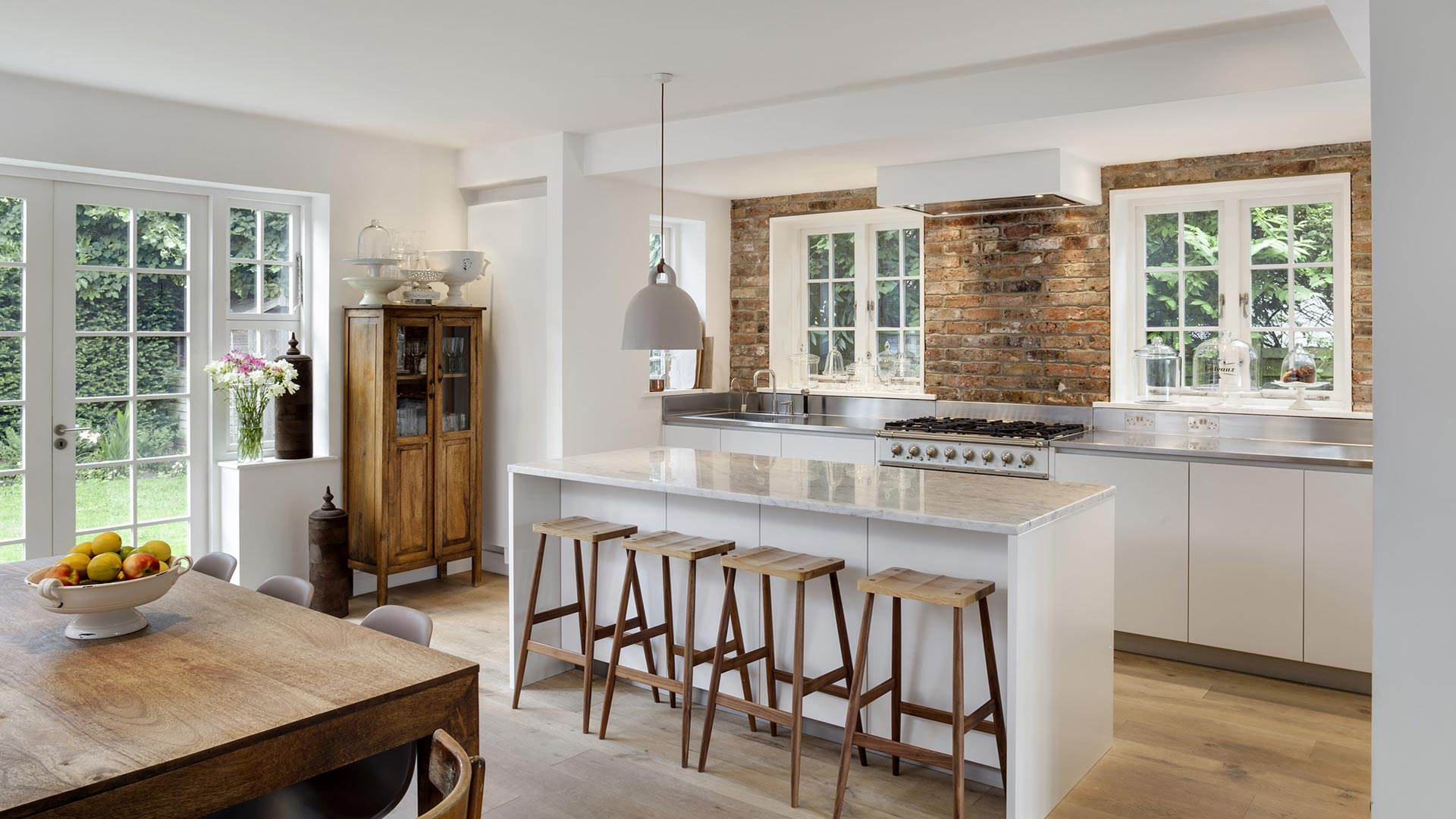 Cucina con isola con top in pietra e isola centrale su misura