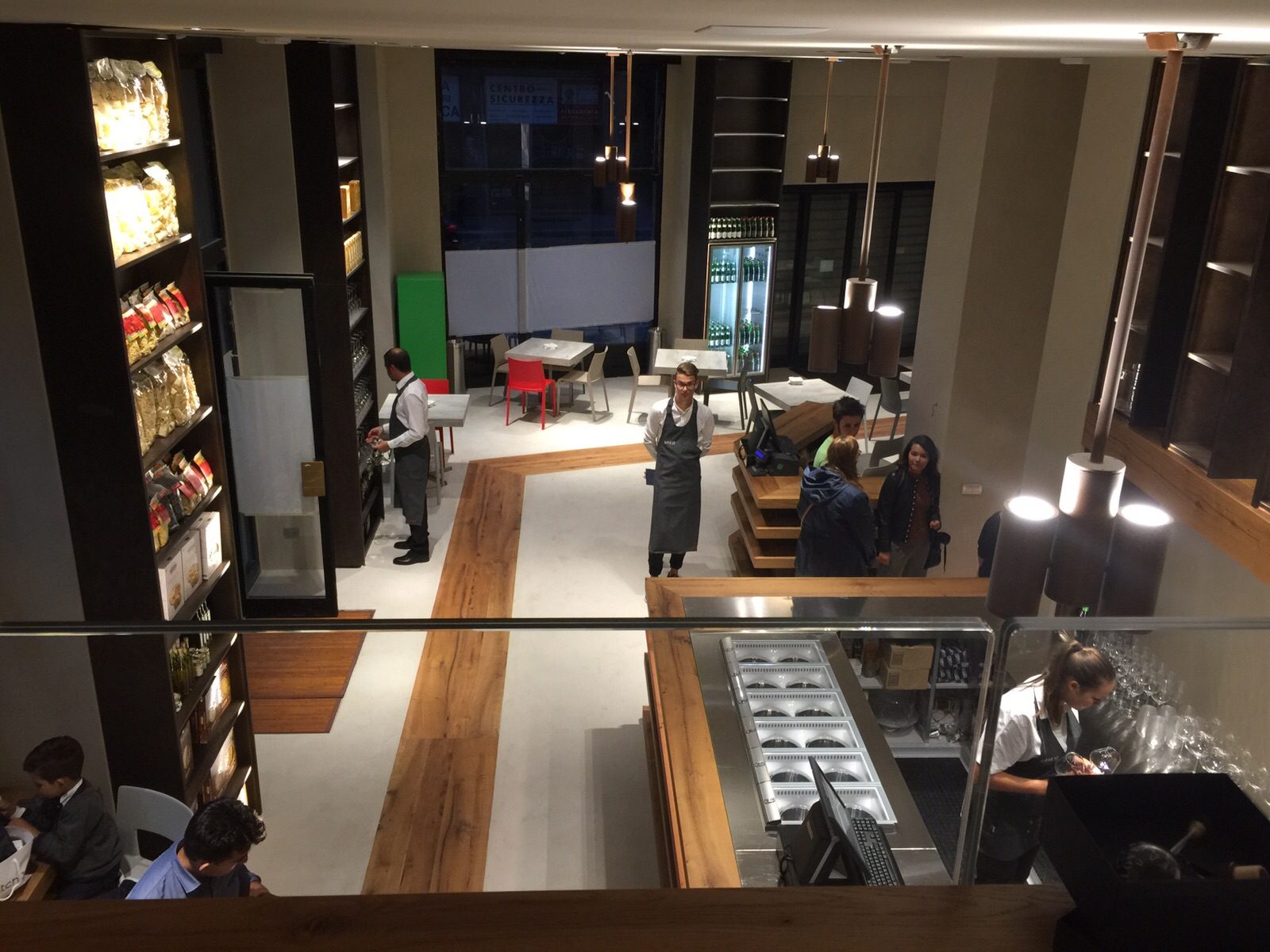 Flagship store Love IT: TM Italia conferma il made-to-measure senza limiti anche nel retail, realizzando l'intero progetto di arredo del primo negozio monomarca del brand