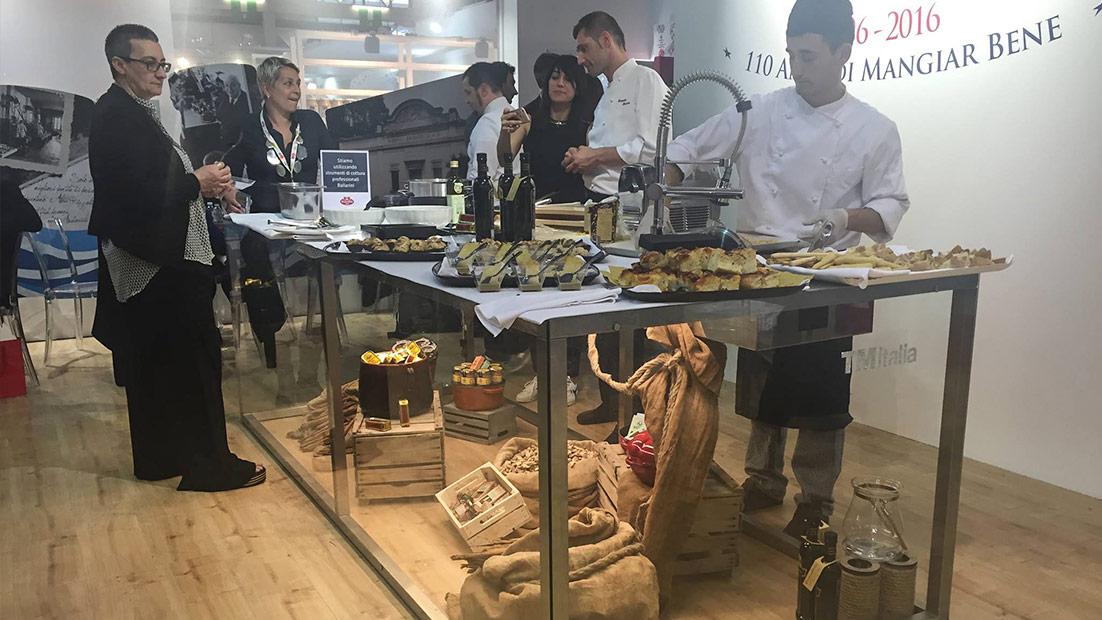 Passepartout, una solida showkitchen in cristallo e acciaio al Cibus 2016 - Cucine su Misura | TM Italia Cucine - gallery-1