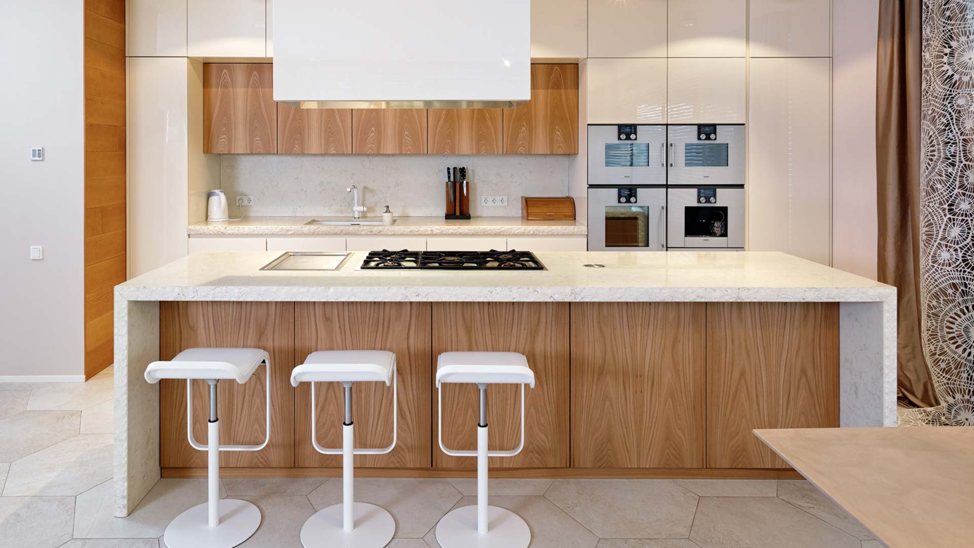 Cucina in pietra e olmo con isola freestanding