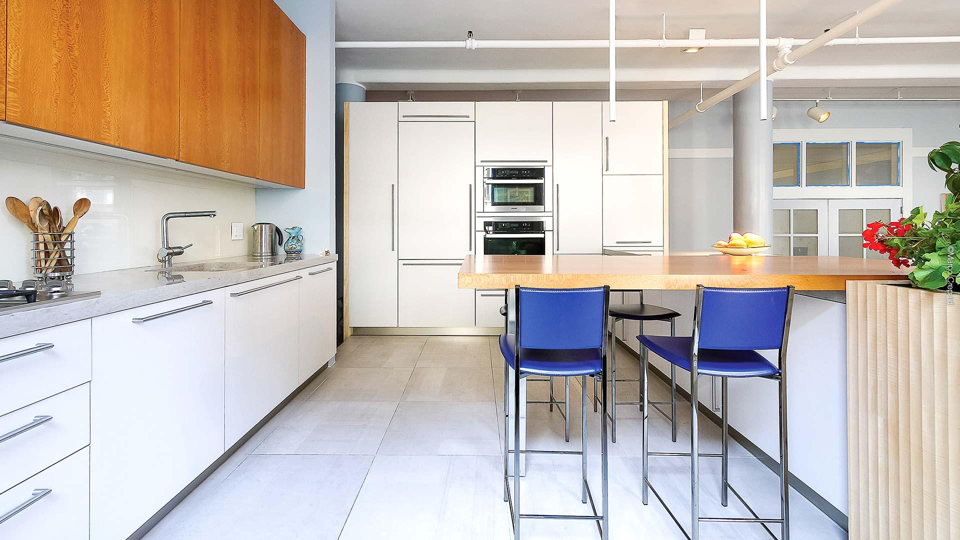 Cucina in platano freestanding in composizione lineare