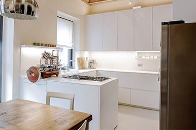 20160302 – Cucina angolare in corian e laccato bianco