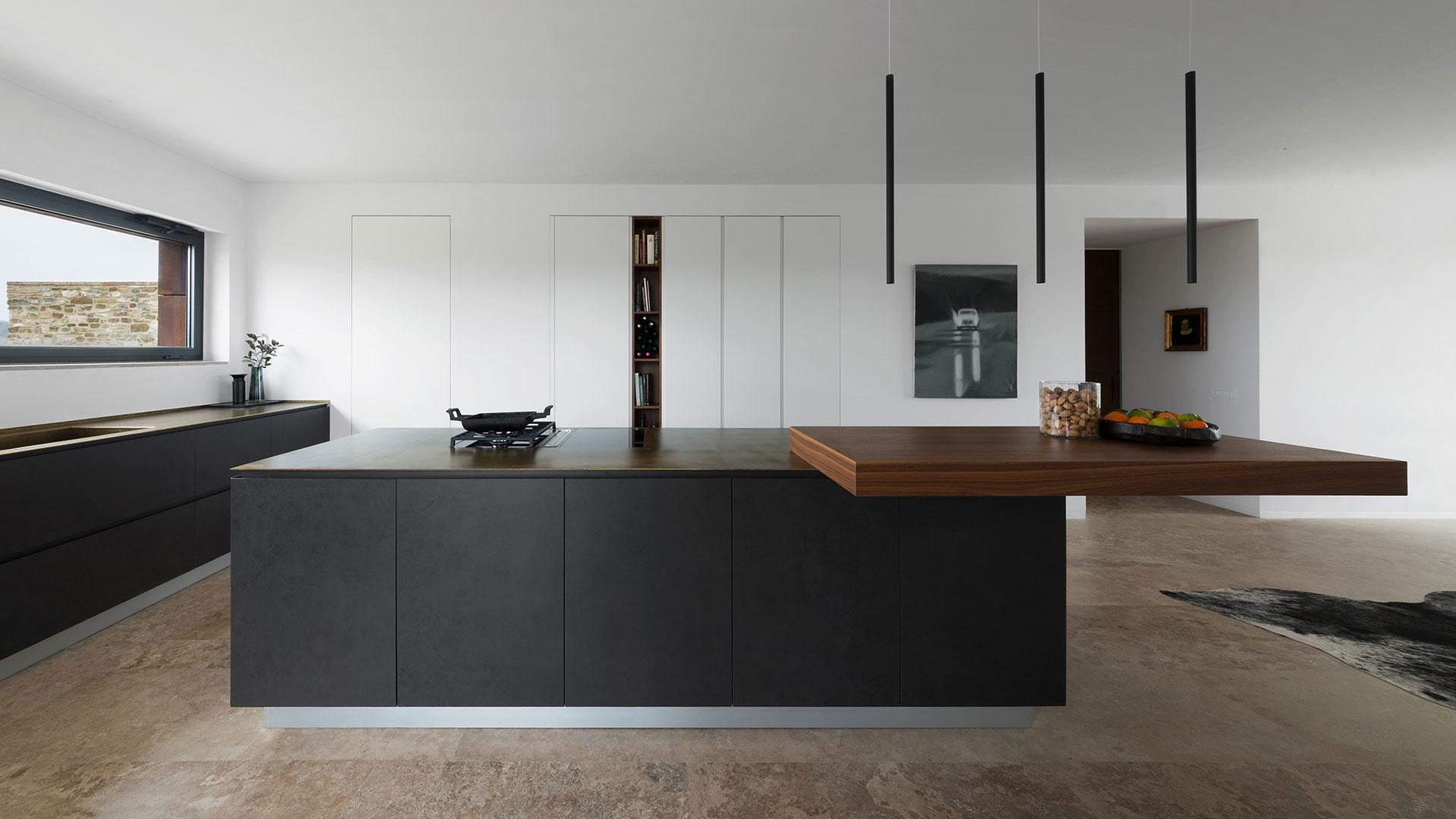 Cucina con isola in gres e colonne in laccato bianco for Isola cucina design