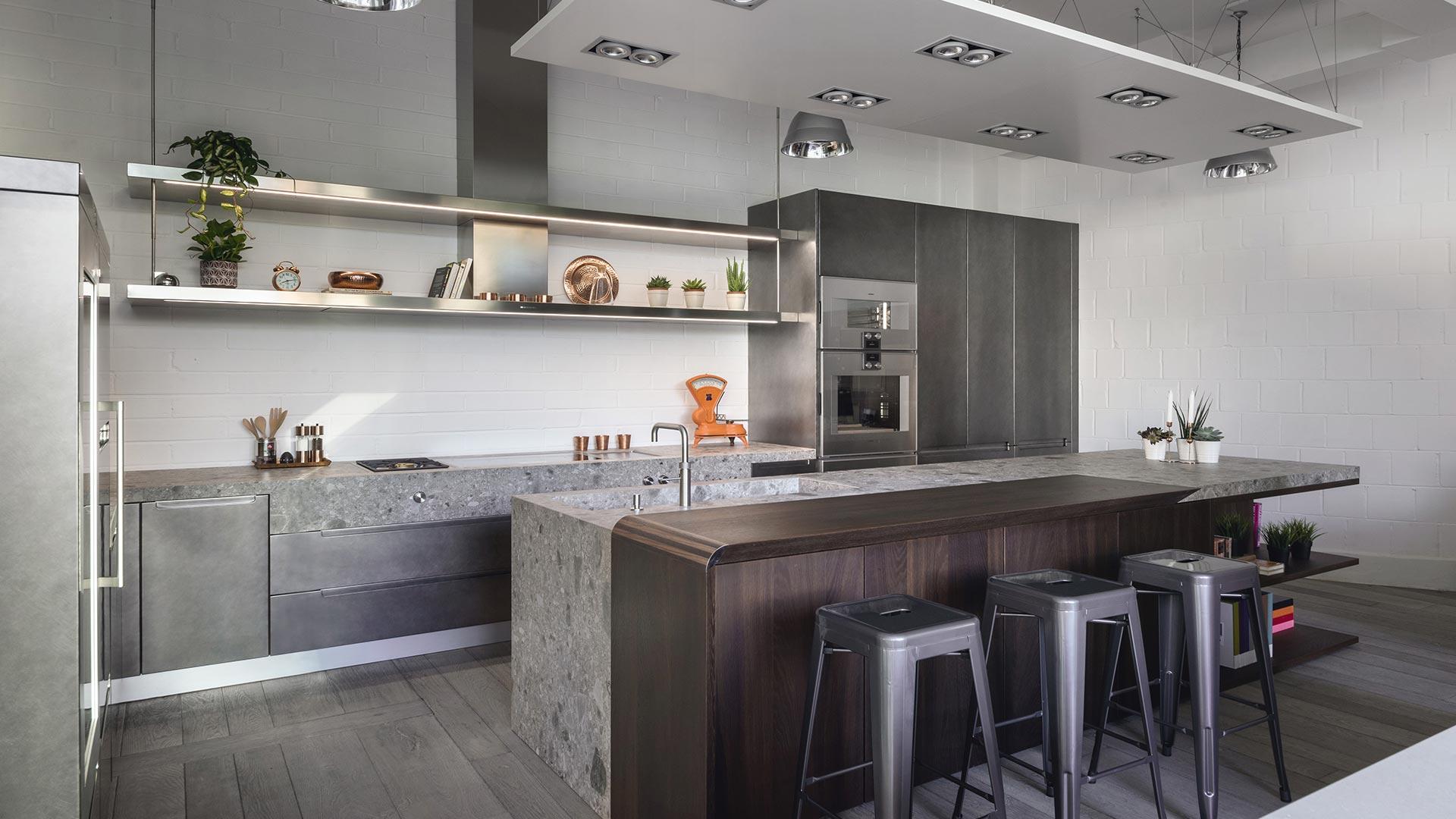 Cucina con isola in Gres, legno e metallo 1
