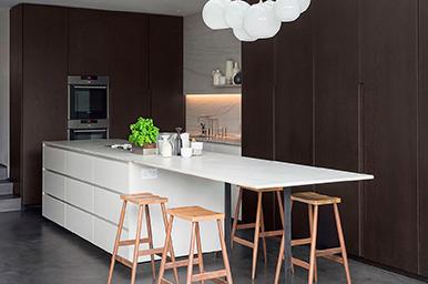 201608 – Cucina con isola con top in pietra integrata in uno spazio polifunzionale