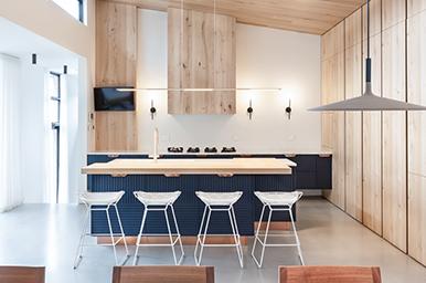 201711 – Cucina con isola in laccato blu soft touch e colonne in rovere
