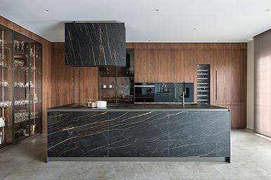 201811 – Cucina con isola e colonne, in continuità con il living