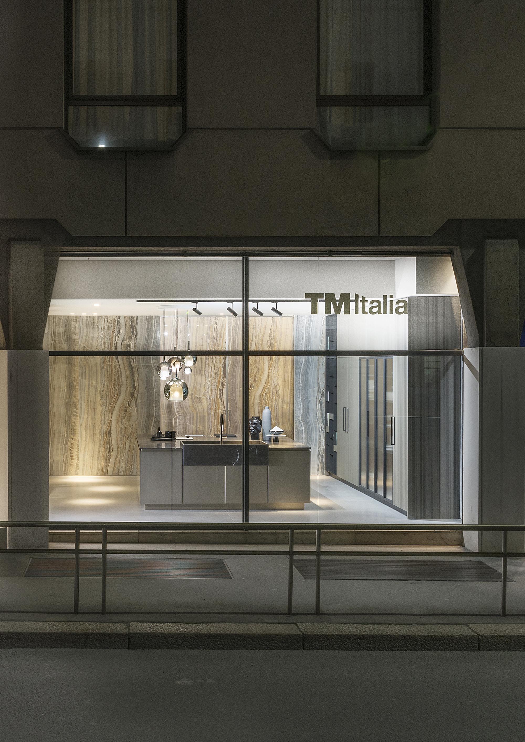 Via Larga 3. A Milano, TM Italia abita un nuovo spazio espositivo dedicato all'alto design italiano. - TM_MI19_Vetrina-T45-Rua-copy