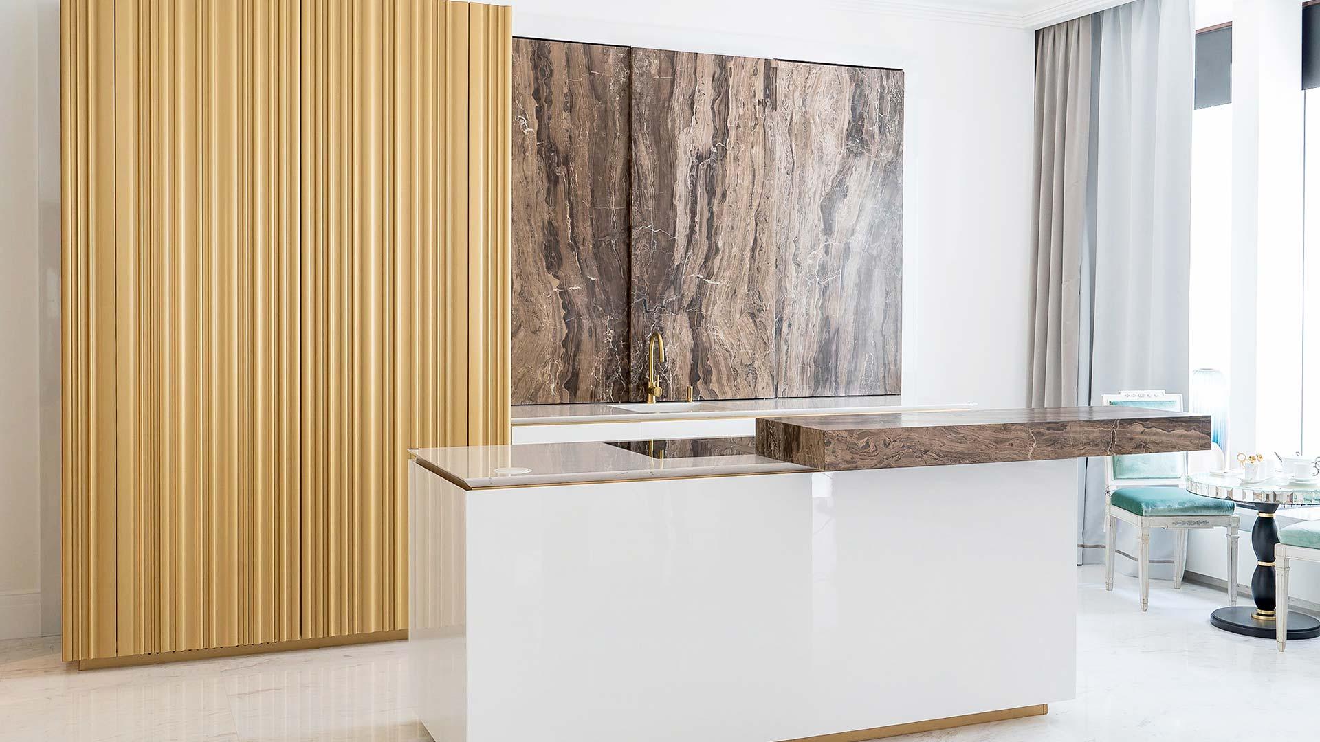 Cucina personalizzata con lato colonne e isola a San Pietroburgo - TM Italia - 201906-Cucina-personalizzata-con-lato-colonne-e-isola-1