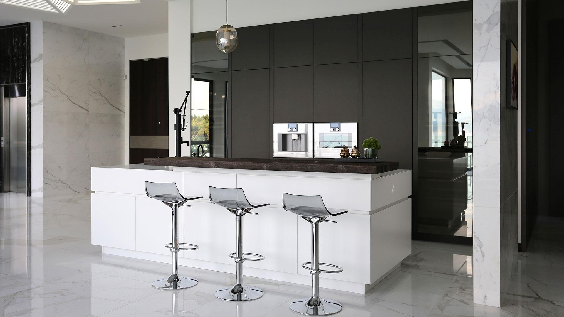 Cucina con isola laccata e lato colonne realizzata da TM Italia a Vancouver - 20190904_TMitalia_realizzazione-001
