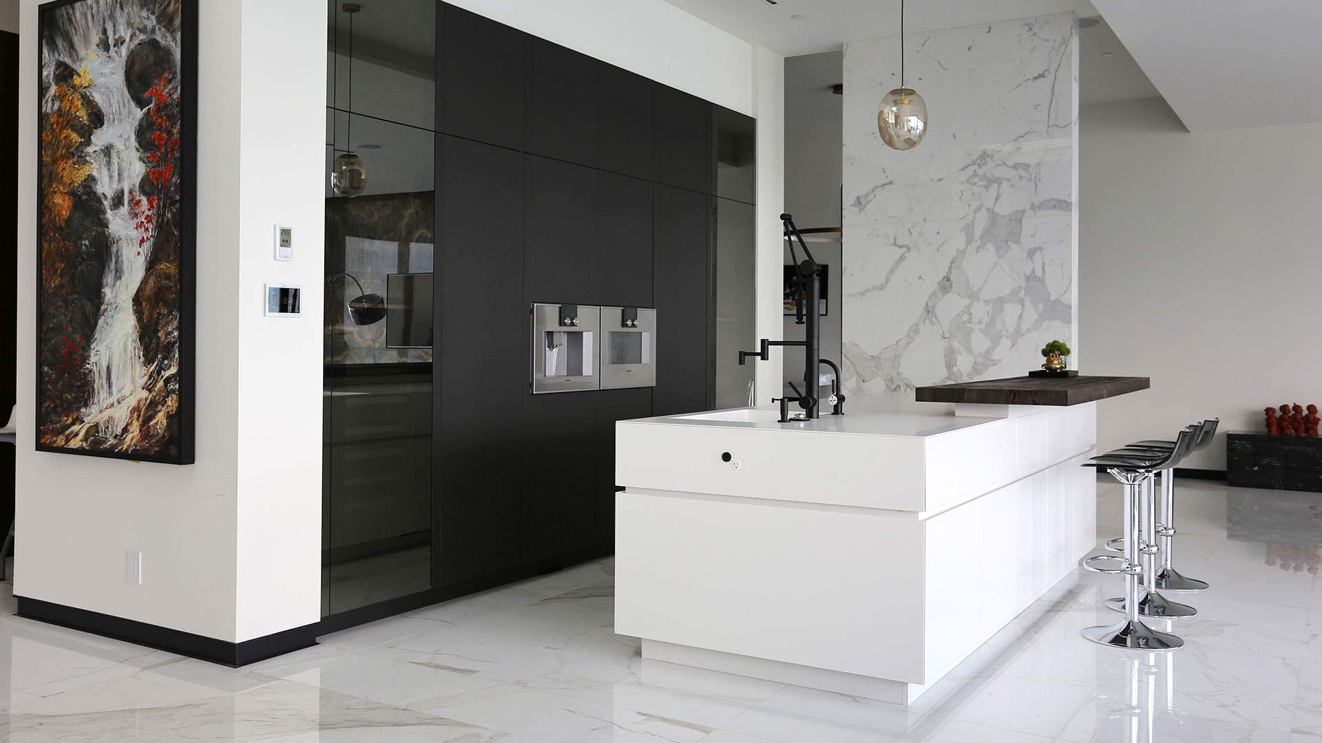 Cucina con isola laccata e lato colonne realizzata da TM Italia a Vancouver - 20190904_TMitalia_realizzazione-002