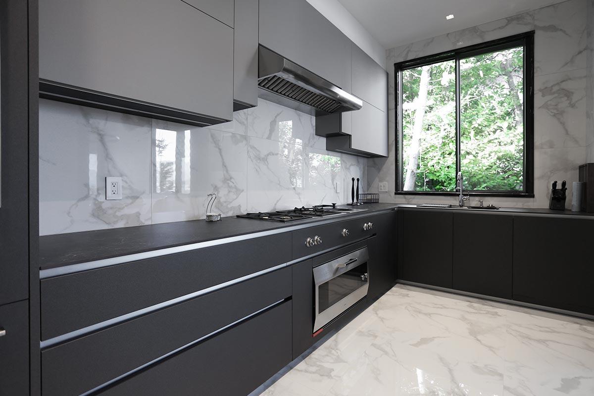 Cucina con isola laccata e lato colonne realizzata da TM Italia a Vancouver - 20190904_TMitalia_realizzazione-interna