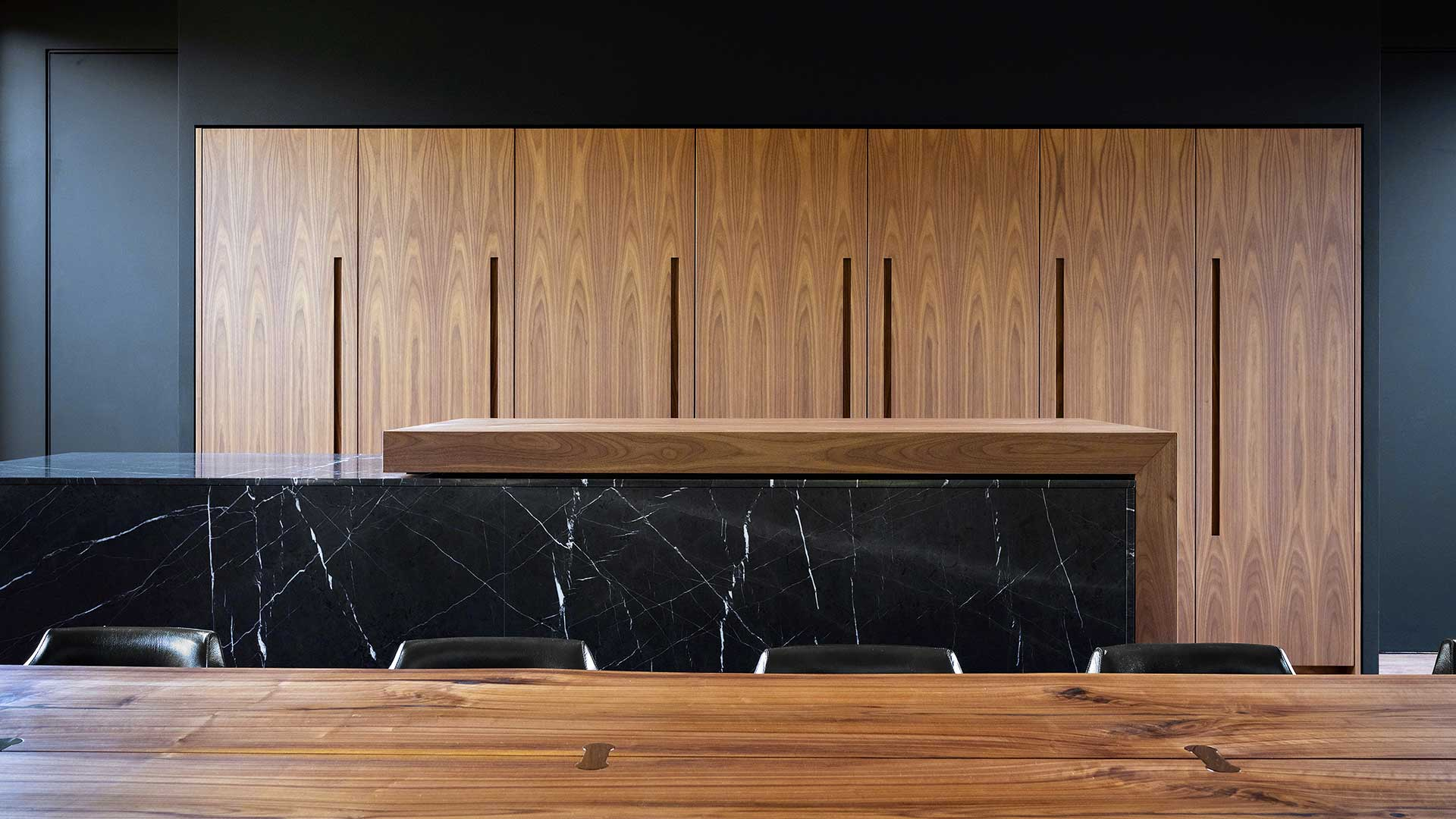 In Kiev, a kitchen with columns and an island with a sliding table - 20190607_TMItalia_realizzazione_dominio_ludmilla-001