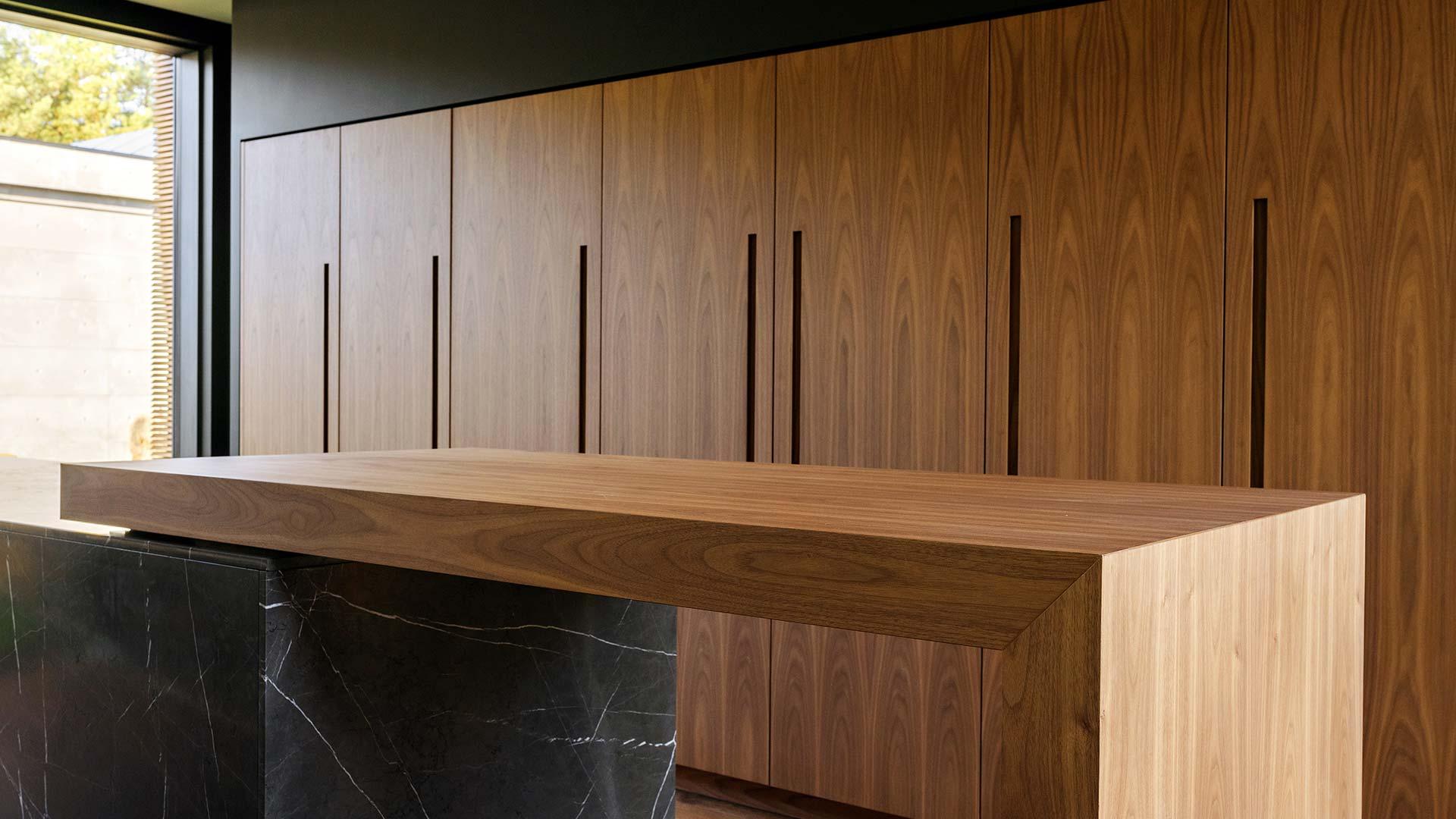 In Kiev, a kitchen with columns and an island with a sliding table - 20190607_TMItalia_realizzazione_dominio_ludmilla-004