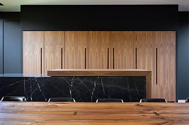 20190507 – Cucina lineare con isola e piano scorrevole