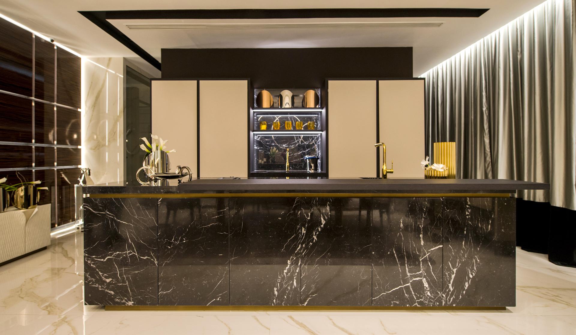Cucina con lato colonne lineare e isola nello showroom a Cancun - TMItalia_5senses-7740_realizzazione