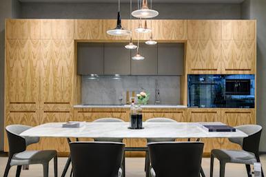201910 – Cucina lineare in essenza Olivo e marmo Bianco di Carrara