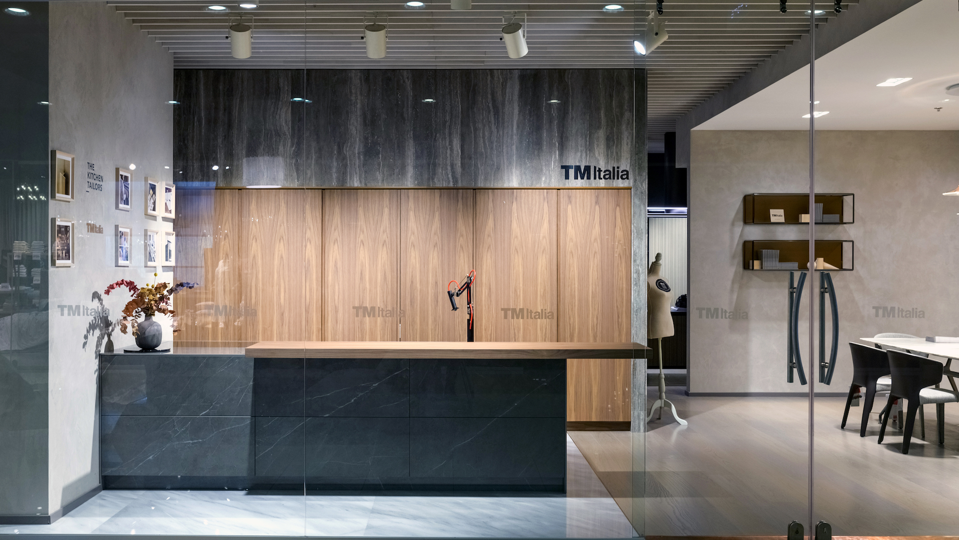 201910 - Cucina con isola e colonne in Noce Canaletto - Cucine su Misura | TM Italia Cucine - TMItalia_Kiev_T45-D90_Gallery01