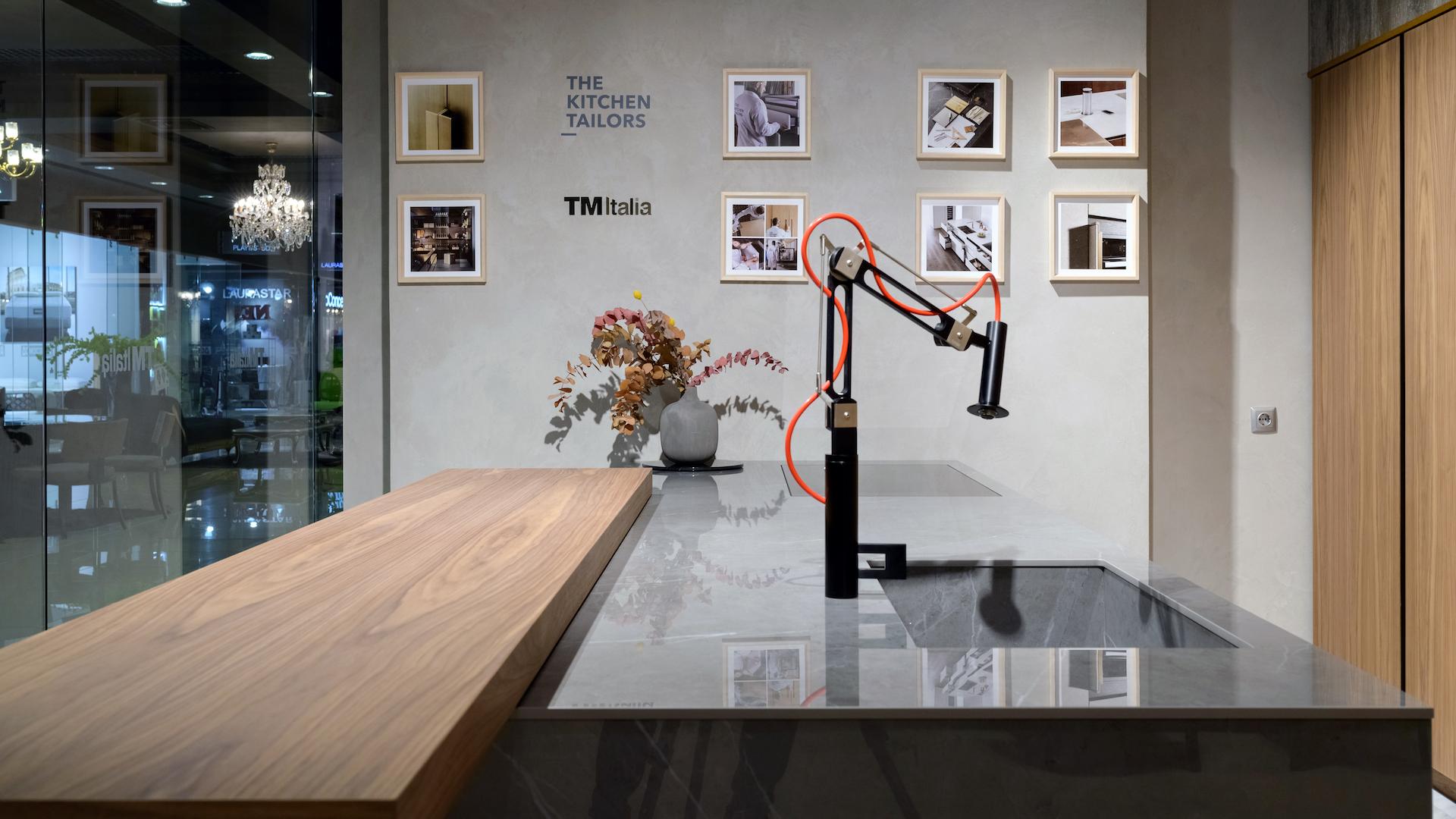 201910 - Cucina con isola e colonne in Noce Canaletto - Cucine su Misura | TM Italia Cucine - TMItalia_Kiev_T45-D90_Gallery02