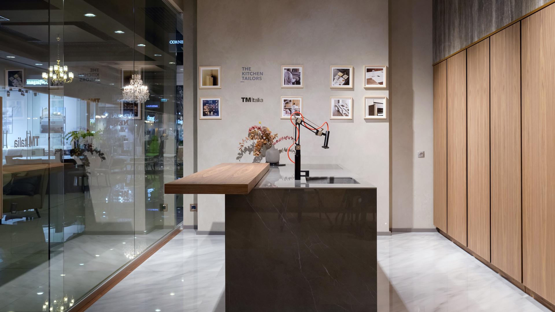 201910 - Cucina con isola e colonne in Noce Canaletto - Cucine su Misura | TM Italia Cucine - TMItalia_Kiev_T45-D90_Gallery03