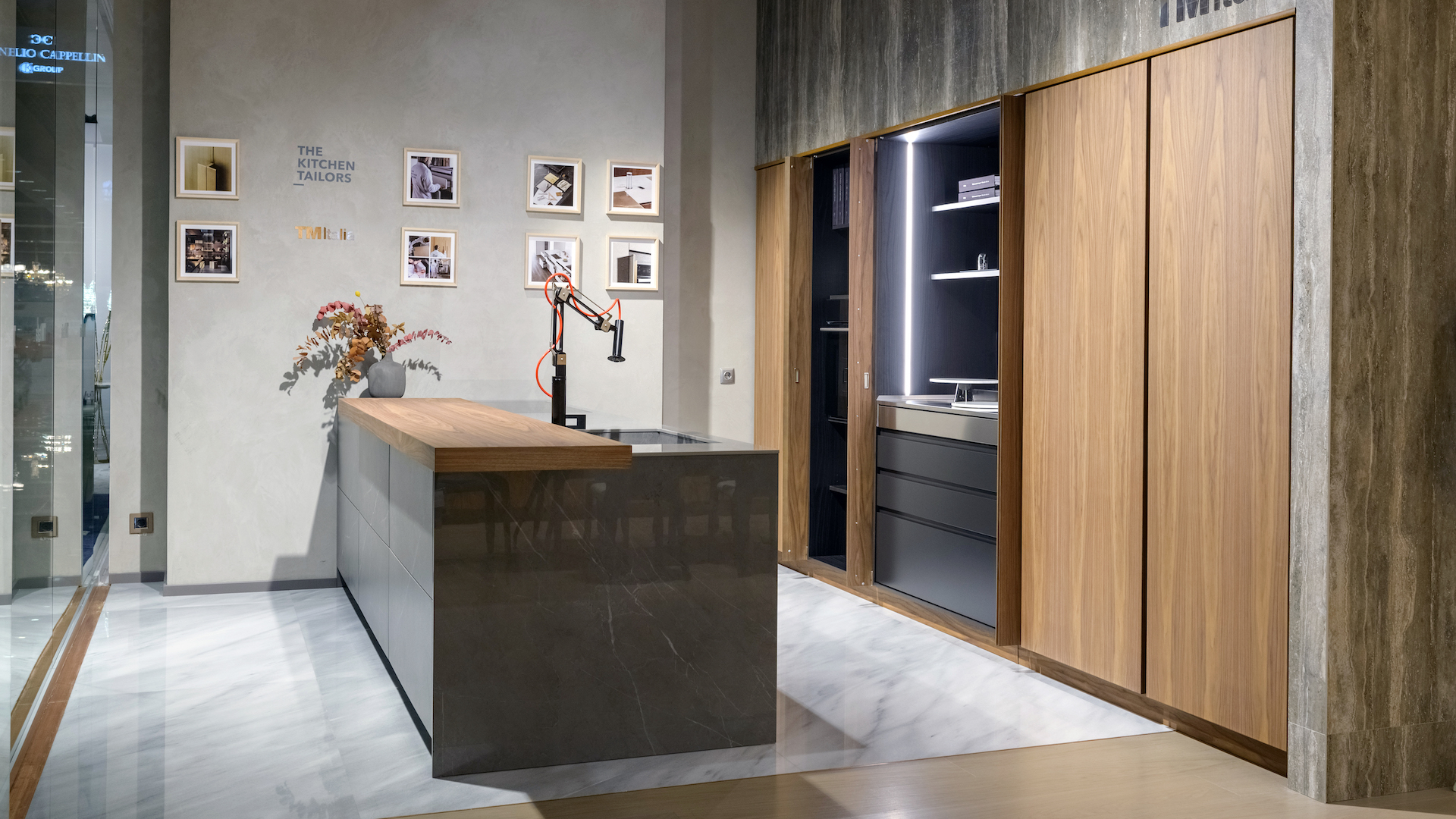 201910 - Cucina con isola e colonne in Noce Canaletto - Cucine su Misura | TM Italia Cucine - TMItalia_Kiev_T45-D90_Gallery04