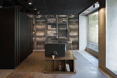 201912 – Cucina con lato colonne freestanding bifacciali e isola