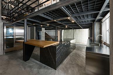 201912 – Cucina lineare con elementi strutturali incorporati