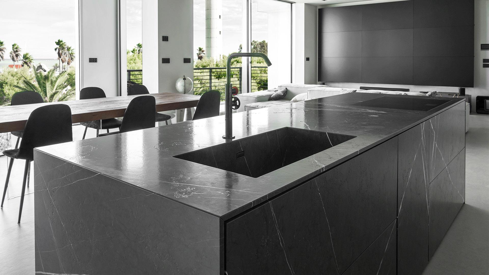 Cucina con isola e un imponente sistema parete per un'abitazione privata a San Benedetto del Tronto - TM20_D90_SBT_MR_004
