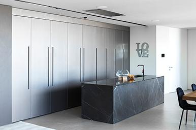 202010 – Cucina con isola e un imponente sistema parete