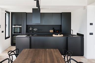 20201002 – Cucina lineare con penisola sui toni del nero