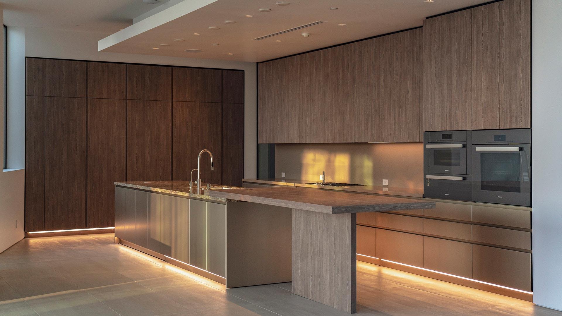 Cucina lineare su due lati con isola centrale e tavolo adiacente - 20210102_INTERIOR-A-LOS-ANGELES_contract-002