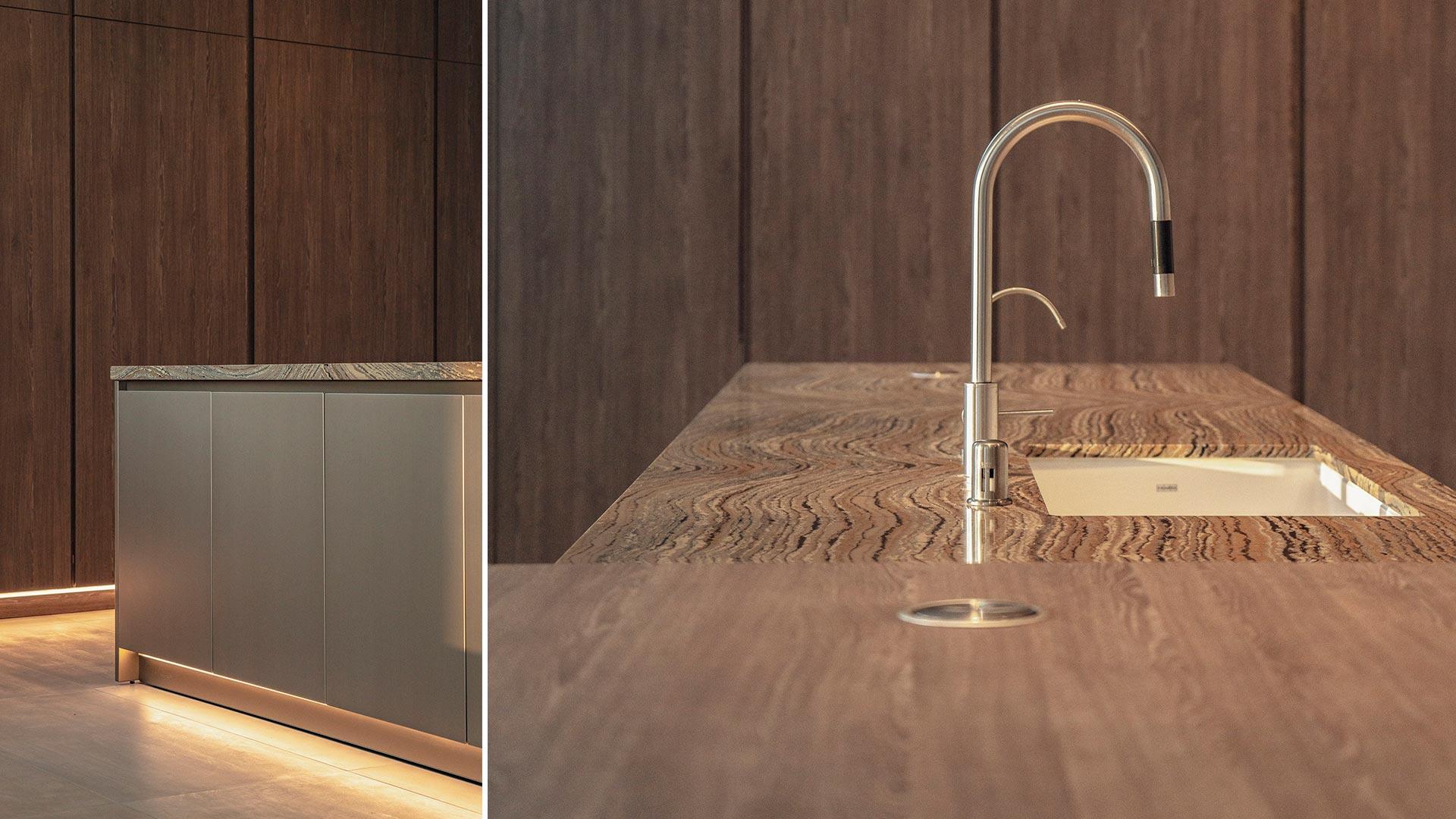Cucina lineare su due lati con isola centrale e tavolo adiacente - 20210102_INTERIOR-A-LOS-ANGELES_contract-003