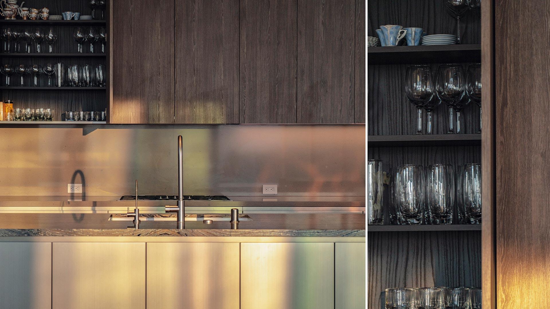 Cucina lineare su due lati con isola centrale e tavolo adiacente - 20210102_INTERIOR-A-LOS-ANGELES_contract-004